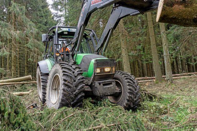 Det är bland annat så här som Nokian vill marknadsföra sitt traktordäck, som ett hårt arbetande skogsdäck eller i schaktande- och vägunderhållande miljö.
