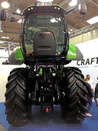 I upplyft läge får föraren en god sikt runt traktorn men framför allt en bättre och mer komfortabel arbetsmiljö.