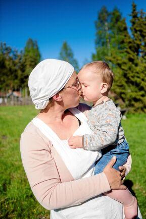 Linda gosar med lille Milo, för trots allt vardagsslit på fäboden känner hon att hon har mer tid för barnen här.
