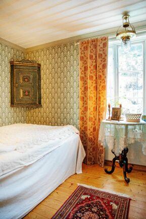 Gästrummet på nedervåningen är inredd i 1800-talsstil. Och golvet är riktat och nylagt.
