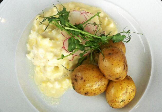 En smakrik rätt med kokt torsk, äggsås och potatis efter tycke och smak.