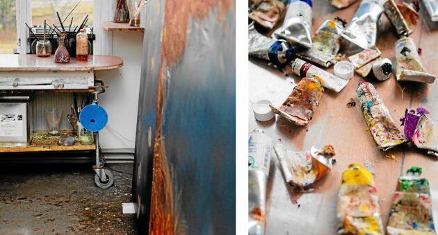 Många tuber går åt till Sara-Vides stora målningar och det blir en del spill på ateljégolvet.