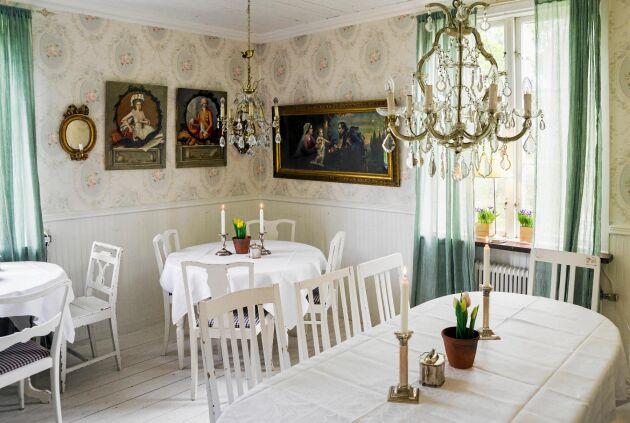 """Vita nymanglade dukar, blommor och ljus på borden är det i café """"3 århundraden"""""""