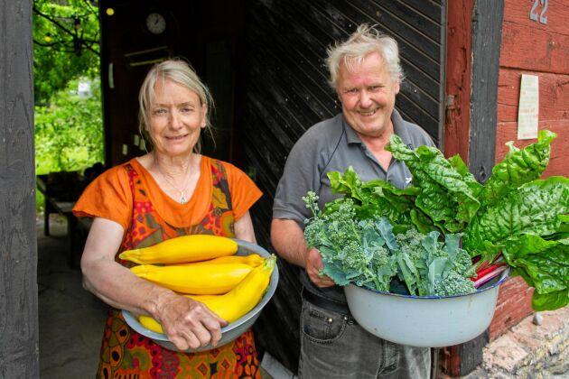 Ing-Marie och Stefan Johansson i öländska Björnhovda säljer överskottet av sin husbehovsodling.