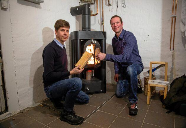 Sidoprojekt. Niclas Pihl och Magnus Lagerqvist har andra jobb och har utvecklat kaminen på fritiden.