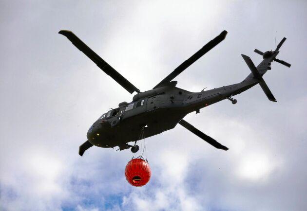 Arkivbild från skogsbranden utanför Sala i Västmanland 2014. Helikopter redo för vattenbombning.
