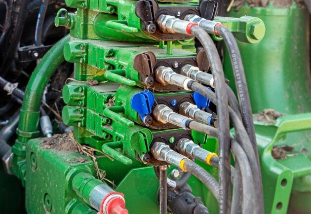 Som servicetekniker ska man ha stora kunskaper i hydraulik och elektronik.