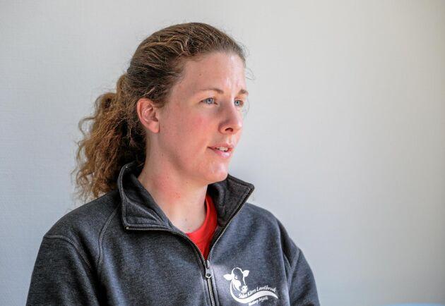 Lena Stang tycker att det bästa för korna är när de får gå lösa och röra på sig. Men hon ser fördelar med att kunna binda upp till exempel halta djur.