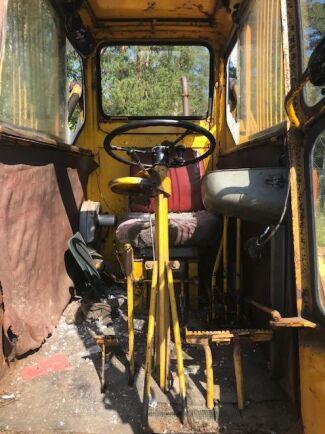 Gärningspersonerna har även brutit sönder skyltar och spakar i maskinerna.