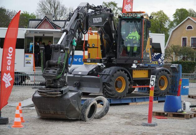 Stapla däck med grävmaskin ska man också vara bra på om man ha en chans i skol-SM för maskinförare.