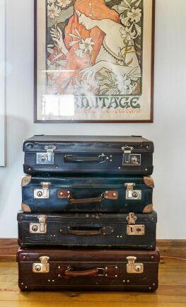 Äldre resväskor som både fungerar som inredningsdetalj och förvaring.
