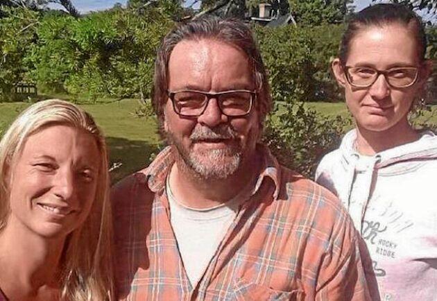 """Älskar sitt """"bondedagis""""! När kommunen skulle lägga ned tog sockenborna Emma Jonsson, Magnus och Åsa Åhlén över förskolan. Och får bonusen av att sköta får och höns om dagarna."""