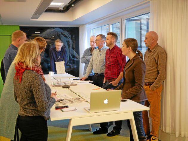 Morgonmöte på ATL. Redaktionen diskuterar dagens arbete. Denna dag är flera av medarbetarna ute på fältet och deltar via Skype eller telefon.