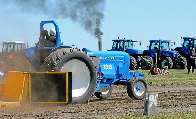 Även på traktorpullingbanan fanns det blå traktorer. Här är Blue Steel som passerar 90-metersmärket.