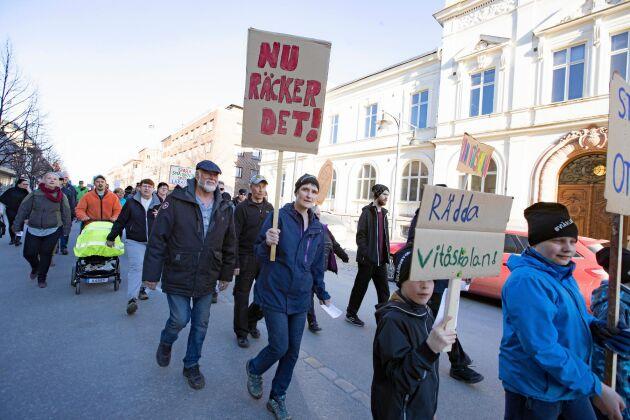 Omkring 2000 personer demonstrerade mot planerna på att lägga ned skolorna.
