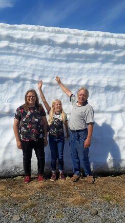 Rekorsmycket snö, vallarna bar fortfarande 2-3 mter höga den 21 juni. Från vänster: Anna Karin Norberg, Kerstin Thorén och Göran Thorén.