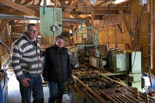 Bråhovda såg har gynnats av att mellanstora sågverk i området kring Malmköping har lagt ner. Udda dimensioner och reparationstimmer har blivit något av en specialitet för sågverket. Nu satsar Gunilla och Kjell Jonsson på att mer än fördubbla omsättningen inom två år.