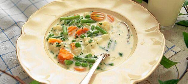 Ta vara på säsongens skörd med en mild soppa på grönsaker och grädde. Klassisk ängamat!