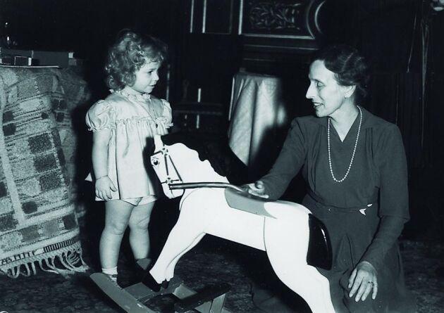 En av Hagasessorna med Drottning Louise under 1940-talet.