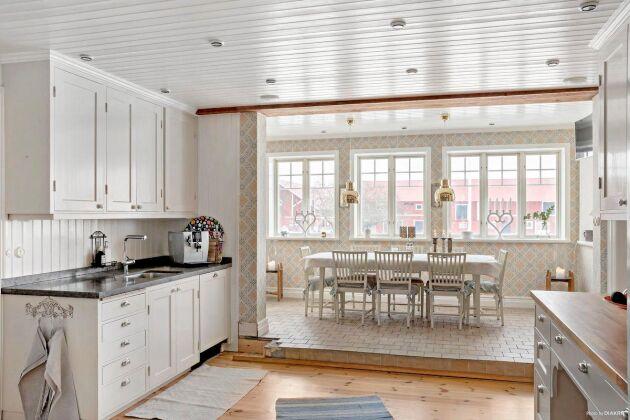 Det öppna köket har matplats i glasveranda.