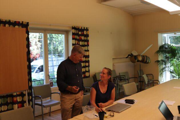 Kenneth Normark lämnar över det sista innan pensionen på kontoret i Alnarp och diskuterar med Emma Johnsson som har hand om administration och ekonomi på BM Agri.