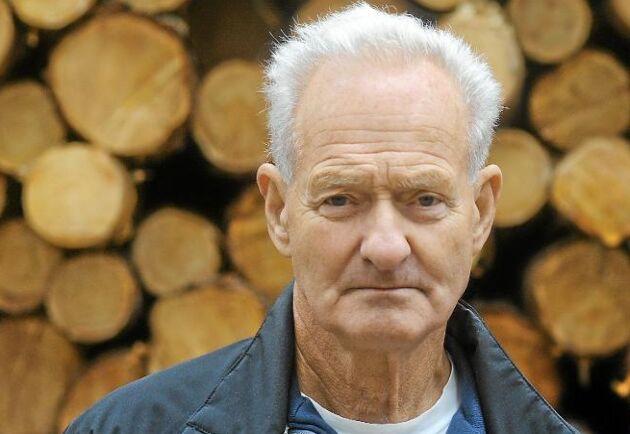 Lars-Göran Mårtensson, 74 (Till vänster i bild): – Det borde nästan bara kunna gå åt ett håll, men man har nästan resignerat, det är bara att vänta. – Jag tror inte det hänger på lavskrikan, den finns lite här och där, speciellt i lite yngre och fräschare skog. Nu finns det gott om dem här eftersom fågelklubben matat dem under sommaren. Men det blir bara diskussion om lavskrikan i närområdet till Arbrå, inte längre bort på skogen eller i Sveaskogs avverkningar.