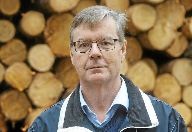 Per-Olof Löfgren, 62 (till höger i bild): – Jag sa upp mig från jobbet för att leva på min skog de sista åren till pension. De elva hektar där avverkningen stoppats motsvarar 50 procent av nettovärdet i den tioårsplan jag gjort, runt tre årslöner för mig. Lavskrikan är inte hotad nationellt och det är anmärkningsvärt att myndigheterna fortsätter att driva det här efter domen om bombmurklan. – Det är orimligt att enskilda skogsägare blir pilotfall och ska processa för att bruka sin skog, och utan stöd från LRF och Mellanskog hade jag aldrig kunnat göra det. – Jag vill ha grön växtlig skog att bruka, inte ekonomisk kompensation. Ersättningsnivån är helt galet satt, det räcker inte till att köpa ny skog, i så fall borde man få ersättningsmark.