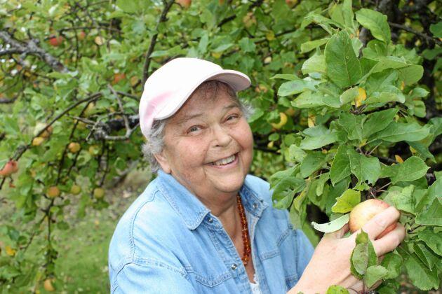 Vivianne njuter i dag av sin stora trädgård och minns bondelivet med glädje.