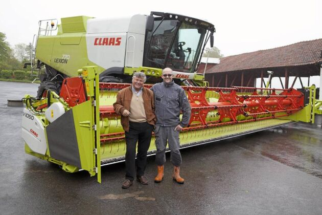 Överraskning. Gustav Hagemann ägare till Ruuthsbo gods utanför Ystad (till vänster) överraskade sin personal med den nya Claas 770 med 35 fots skärbord på tisdagen vid lunchtid. Magnus Jeppsson maskinförare (till höger) var nöjd med den nya tröskan.