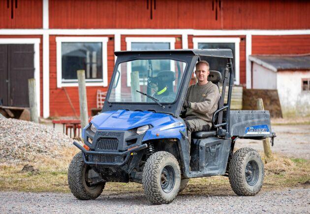 Håkan Carlborgs senaste investering är en eldriven fyrhjuling som han köpt begagnad. I passagerarsätet sitter husses ständiga följeslagare, working-kelpien Bina.