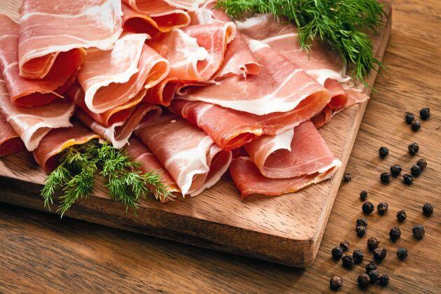Det finns många svenska producenter av lufttorkad skinka.