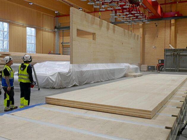 Södra bygger en ny fabrik för KL-trä vid Värö. Kapaciteten blir 100 000 kubikmeter, alltså lika mycket som Stora Ensos nyinvigda fabrik i Gruvön (bilden).