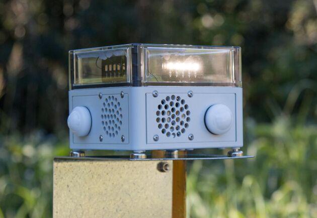 Apparaten känner igen vilka djur som är i närheten och spelar upp ljud- och ljuseffekter för att skrämma bort skadedjur.
