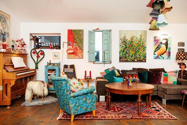 Vardagsrummet har möbler som är färggladda och i retrostil.