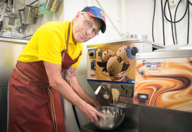 Per Brunberg visar upp glassfabrikens italienska maskinpark.