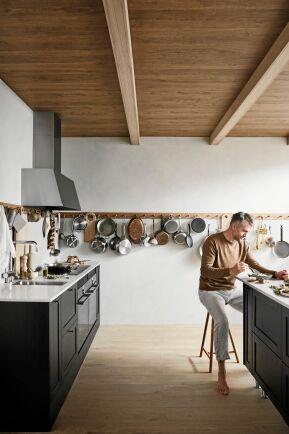 EK OCH KNOPP. Marbodal har hämtad jordnära inspiration från den amerikanske shaker-stilen med svartbetsad ek, skiva av ek-kubbar samt en knoppbräda runt hela köket.