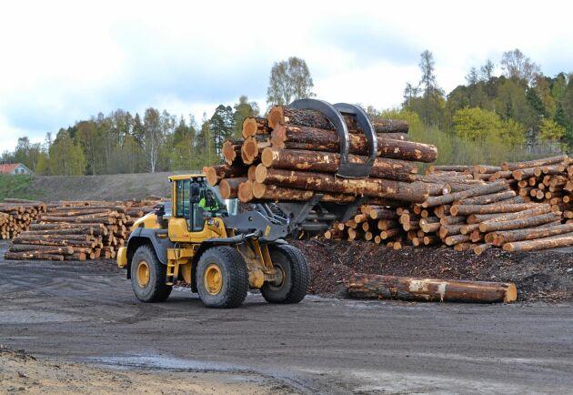 Nu bromsar hjulen in på ett antal sågverk i Sverige.