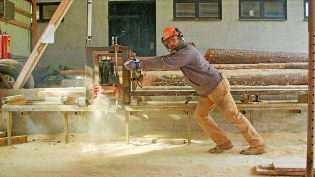 Ett sågverk följde med på köpet och Kalle har lärt sig såga plankor från träd ur den egna skogen.
