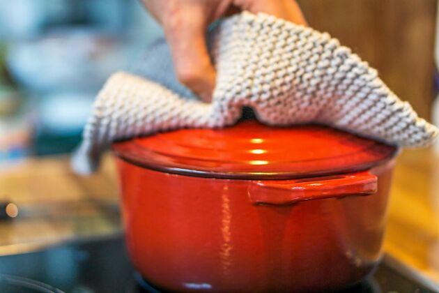 Koka vildsvinsköttet i 11/2–2 timmar. Köttet blir underbart mört.