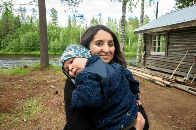 Chilenska Nicole älskar lugnet i skogen och att kunna jobba hemifrån och vara nära sin familj. Här med sonen Valter.
