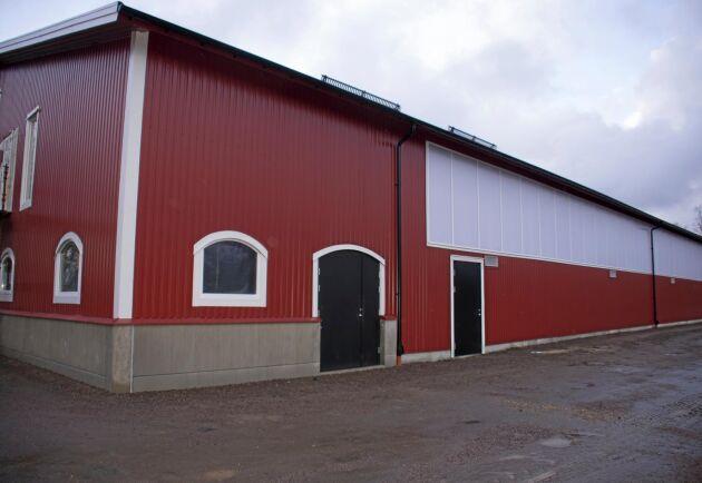 1580 kvadratmeter och mäter 65x20 meter inrymmer förutom ridhus även en lägenhet, läktare, stall och pentry.