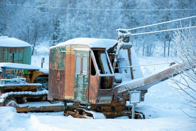 Den här 12 ton tunna lingrävaren av märket Åsbrink tillverkades i Malmö 1954. På ålderns höst stod den nedsjunken i en myr men räddades därifrån och i dag är den en del av Nils Engfors samling.