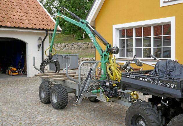 Leif Olsson har fixat en specialkärra till fyrhjulingen.