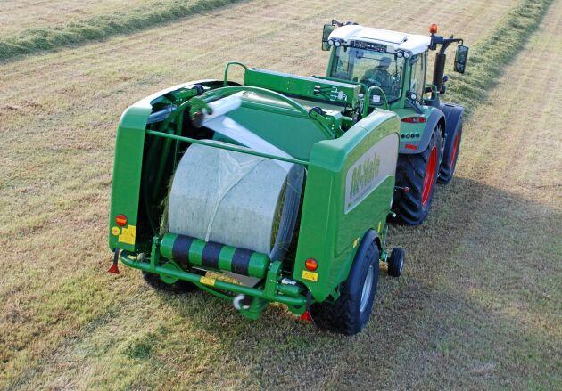 Bakom traktorn i testet drogs en Fusion kombipress från McHale. Rätt använt kan film-på-film-tekniken skapa förutsättningar för en högre mjölkproduktion, visar plasttillverkaren RPC BPI.