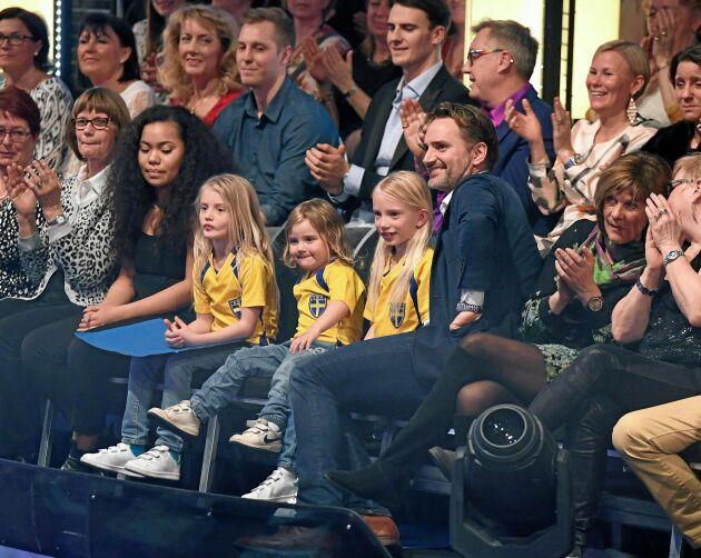 Lindas man Jacob Lindorff och deras tre döttrar Lycke, Vilhemina och Benedicte, som satt i publiken när hon deltog i Let´s dance.