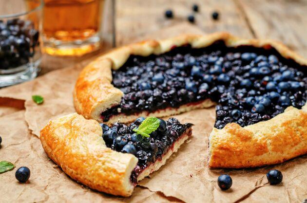 Servera blåbärsgaletten med vispad crème fraiche.