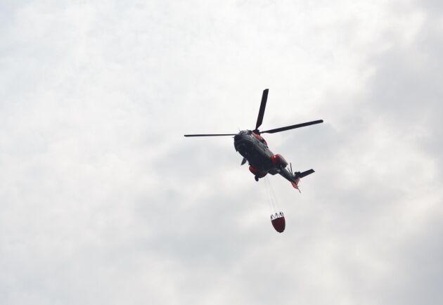Arkivbild. Helikoptrar har satts in i bekämpningen av bränderna.