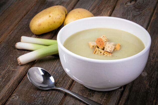 Potatis- och purjolökssoppa är en smakrik favorit för hela familjen. Serverka gärna med rostade brödkrutonger.