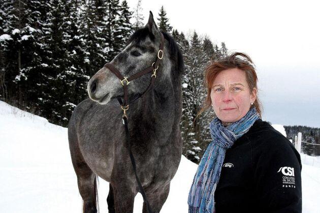 Annethe föder upp och säljer utbildade tävlingshästar. Stallet är fullt av hästar som ska skötas, matas, ridas in och tränas.