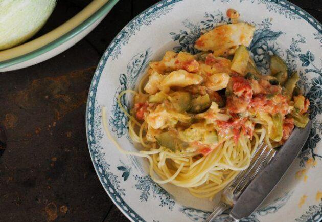 Lands bloggare Johanna i Kulla har lagat en smarrig och enkel pastasås med zucchini. Foto: Johanna Karlsson.